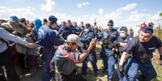 Hungarian-police-and-refugees-clash